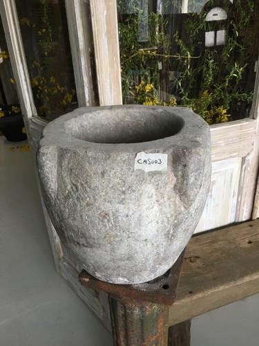 Oude granieten vijzel